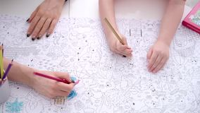 母亲和儿子与颜色铅笔的着色页 影视素材