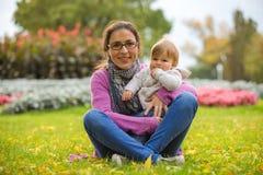 母亲和儿子乐趣时间在公园 图库摄影
