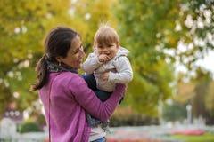 母亲和儿子乐趣时间 免版税库存图片