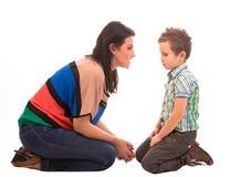 母亲和儿子交谈 免版税图库摄影