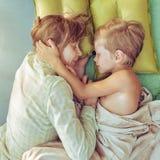 母亲和儿子休息室外 免版税库存图片