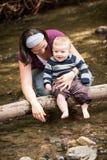 母亲和儿子使用 免版税库存照片