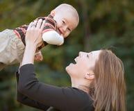 母亲和儿子使用 图库摄影