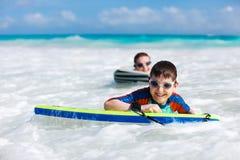 母亲和儿子冲浪 免版税图库摄影