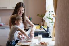 母亲和儿子准备饼用面粉 库存图片