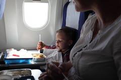 母亲和儿子吃午餐 免版税图库摄影
