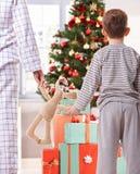 母亲和儿子和圣诞节礼物 库存照片
