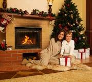 母亲和儿子圣诞节的装饰了房子 免版税库存照片