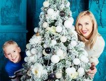 母亲和儿子圣诞节的 免版税图库摄影