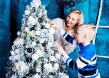 母亲和儿子圣诞节的 免版税库存图片