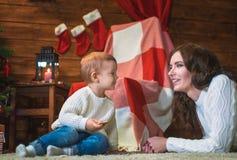 母亲和儿子在一个装饰的房子里庆祝圣诞节 库存图片