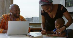 母亲和儿子在一张纸的图画剪影在桌在家4k上 影视素材