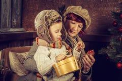 母亲和儿子在乡间别墅里 免版税库存图片