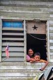 母亲和儿子在京那巴鲁山的脚居住 库存照片