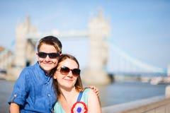 母亲和儿子在伦敦 免版税库存图片