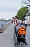 母亲和儿子在堤防站立在Sankt彼得斯堡 免版税库存照片