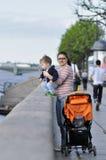 母亲和儿子在堤防站立在Sankt彼得斯堡 免版税图库摄影