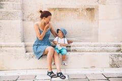 母亲和儿子在扎达尔,克罗地亚 免版税库存图片