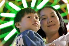 母亲和儿子在晚上 免版税图库摄影
