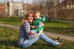 母亲和儿子在秋天公园 免版税库存照片
