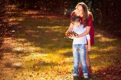 母亲和儿子在秋天 免版税库存图片