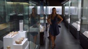 母亲和儿子在自然历史博物馆观看历史博览会 股票视频