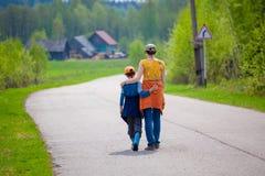 母亲和儿子在途中拥抱 免版税图库摄影