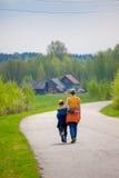 母亲和儿子在途中拥抱 库存图片