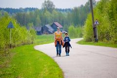 母亲和儿子在途中拥抱 免版税库存图片