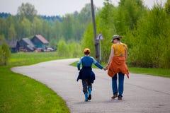 母亲和儿子在途中拥抱 库存照片
