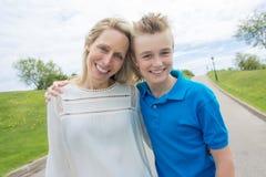母亲和儿子夏天画象外面路的 图库摄影