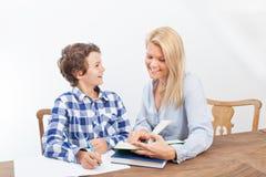 母亲和儿子学习 免版税库存照片