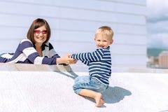 母亲和儿子室外一起使用的可爱的画象 免版税库存照片