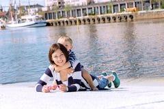 母亲和儿子室外一起摆在的可爱的画象在s 免版税图库摄影