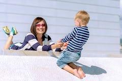 母亲和儿子室外使用的可爱的画象 免版税库存图片