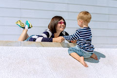 母亲和儿子室外使用的可爱的画象 库存照片