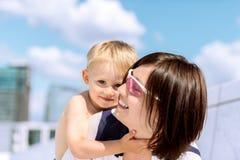 母亲和儿子室外笑的可爱的画象 库存图片