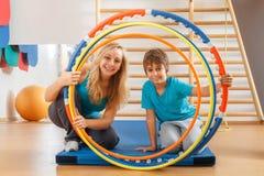 母亲和儿子执行体操锻炼 免版税库存图片
