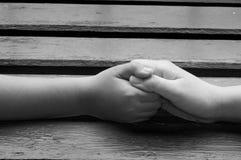 母亲和儿子握手,向前的胳膊,概念 库存图片