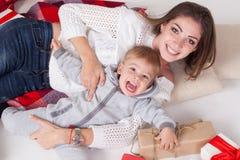 母亲和儿子新年圣诞节礼物 免版税库存照片