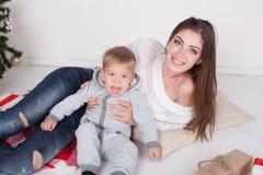 母亲和儿子新年圣诞节礼物 库存图片