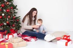 母亲和儿子新年圣诞节礼物 免版税图库摄影