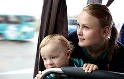 母亲和儿子旅行乘公共汽车。 免版税图库摄影