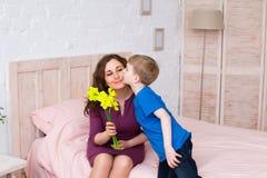 母亲和儿子春天画象在母亲` s天 免版税库存照片
