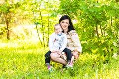 母亲和儿子春天画象在母亲节 免版税库存照片