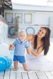 母亲和儿子有户外气球的 免版税库存图片
