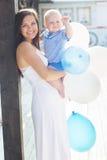 母亲和儿子有户外气球的 免版税图库摄影
