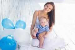 年轻母亲和儿子有气球的 免版税库存照片
