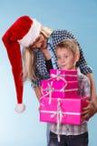母亲和儿子有礼物盒的 免版税图库摄影