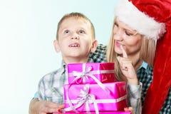 母亲和儿子有礼物盒的 免版税库存图片